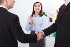 与businessmans握手的成功的企业合作概念 在办公室背景的愉快的女实业家掌声 小组工作 免版税库存照片