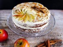 与buttercream结冰的苹果计算机桂香夹心蛋糕和蜂polen 免版税图库摄影