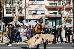 与Cabo Verde旗子的街道跳舞在里斯本 库存图片