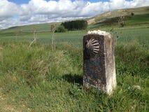 与camino de圣地亚哥de Compostel的标志的里程碑 免版税库存图片
