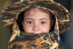 与camo帽子的亚洲小女孩画象 图库摄影