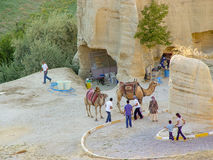 与cappadocia岩石风景的骆驼在土耳其 库存照片