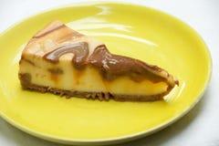 与Carmel釉的Carmel乳酪蛋糕 免版税库存图片