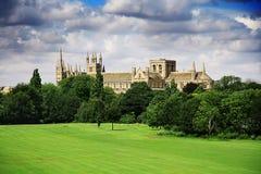 与catherdral和公园的英国风景 免版税库存照片