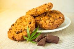 与CBD大麻的可口自创巧克力曲奇饼和 库存图片