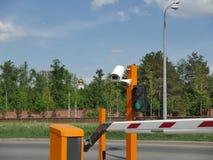 与CCTV的自动化的汽车停车处 CCTV照相机牌照 库存图片
