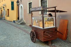 与cebularz,传统犹太盘的街道货摊在鲁布林,波兰 免版税库存图片
