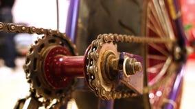 与chainring的驱动的被转换的创造性的自行车链子 股票视频