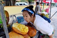 与Champedak或面包果整数的泰国人画象 免版税图库摄影