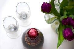 与champgne和郁金香的春天庆祝 免版税库存照片
