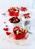 与chia、格兰诺拉麦片、酸奶和莓果的浪漫早餐在老白色具体背景 概念饮食健康 免版税库存照片