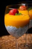 与chia种子和椰奶的芒果奶油甜点 免版税库存图片