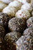 与chia种子和椰子顶部的健康燕麦球 免版税库存图片