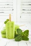 与chia种子的自创素食主义者绿茶matcha薄菏椰奶冰棍儿在土气白色木背景 库存图片