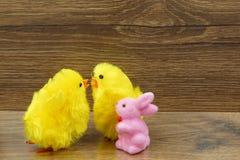 与chiks和兔子的复活节装饰 免版税库存照片