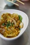 与Chinken、鸡蛋、乌贼和火腿的油煎的平的面条 库存图片