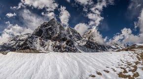 与Cholatse和Taboche山顶的喜马拉雅山风景 库存图片