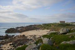与chruch的小海湾在峭壁 免版税库存图片