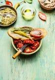 与ciabatta面包pesto、蕃茄和意大利辣味香肠的意大利开胃小菜快餐 免版税库存照片