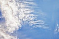 与cirro积云白色云彩的蓝天 1个背景覆盖多云天空 库存图片