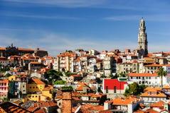 与Clerigos塔,波尔图,葡萄牙的波尔图都市风景 免版税图库摄影
