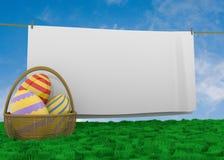 与clothline的复活节彩蛋篮子 免版税库存图片