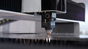 与cnc过程和激光机器的自动化的生产被切开的金属的 股票录像