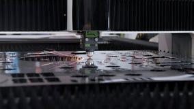 与cnc过程和激光机器的自动化的生产被切开的金属的 股票视频