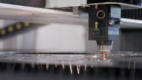 与cnc过程和激光机器的自动化的生产被切开的金属的 影视素材