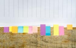 与colorfull柱子的空白的笔记本在木桌上 库存图片