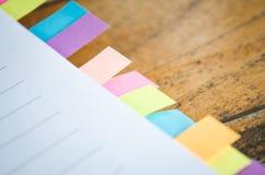 与colorfull柱子的空白的笔记本在木桌上 库存照片