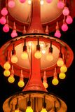 与colourfull电灯泡的三层chandelleer 免版税库存照片