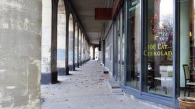 与Colums的街道曲拱 免版税图库摄影