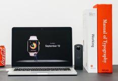与COO杰夫・威廉斯和手表系列3 availabi的苹果计算机基调 库存图片