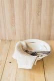 与copyspace,三把古色古香的叉子的木桌设置 免版税库存照片