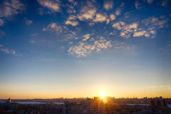 与copyspace,与一些朵云彩的剧烈的天空的美好的城市日落 免版税库存照片