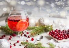 与cranberriy拳打的圣诞节静物画和被弄脏的雪窗口外 欢乐和明亮 免版税库存图片
