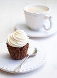 与creamcheese结冰的杯形蛋糕 库存图片