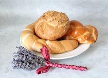 与croassaint和小圆面包的一个旅途蛋糕 免版税图库摄影