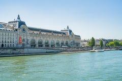 与d'Orsay著名的塞纳河和的Musée的美好的都市风景 库存图片