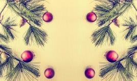与deco中看不中用的物品和冷杉的圣诞节背景分支 库存图片