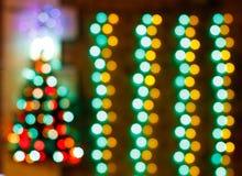 与defocused光的抽象圣诞树背景 免版税库存图片