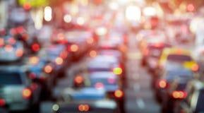 与defocused汽车和普通车-交通堵塞的高峰时间 免版税库存图片