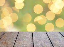 与defocused金银铜合金的特写镜头空的黑褐色木台式点燃在圣诞树背景的bokeh 免版税库存照片