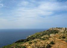 与Dingli峭壁和陆间海和豪华的乡下,马耳他的庄严看法的风景 免版税库存图片