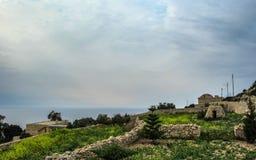 与Dingli峭壁和陆间海和豪华的乡下,马耳他的庄严看法的风景 库存照片