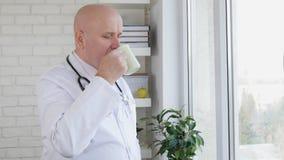 与Drinking医生的慢动作图象一杯热的咖啡 股票录像