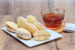 与dulce de leche和椰子的Alfajores曲奇饼 库存照片