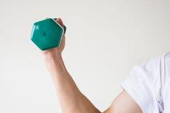 与dumbell的锻炼 免版税库存图片
