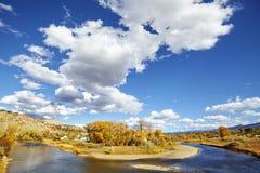 与Eagle河,美国的美好的秋天风景 图库摄影